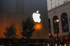 Πρόσοψη λιανικών καταστημάτων της Apple στην οδό Stockton τη νύχτα Στοκ Εικόνα