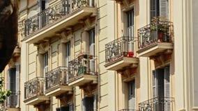 Πρόσοψη οικοδόμησης αρχιτεκτονικής με το παράθυρο μπαλκονιών στη σύγχρονη πόλη Πόλη μπαλκονιών απόθεμα βίντεο