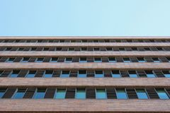 Πρόσοψη παραθύρων και τούβλου στη Βαρκελώνη στοκ εικόνες με δικαίωμα ελεύθερης χρήσης