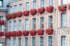 Πρόσοψη σπιτιών με τα κιβώτια λουλουδιών Στοκ Φωτογραφίες