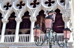 Πρόσοψη στηλών του δουκικού παλατιού στη Βενετία, Ιταλία Στοκ εικόνα με δικαίωμα ελεύθερης χρήσης