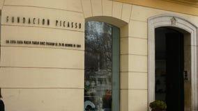 Πρόσοψη της ίδρυσης του Πικάσο με τους ανθρώπους που έρχονται και που περπατούν, MÃ ¡ laga, Ισπανία απόθεμα βίντεο