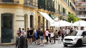 Πρόσοψη της ίδρυσης του Πικάσο με τους ανθρώπους που έρχονται και που περπατούν φιλμ μικρού μήκους