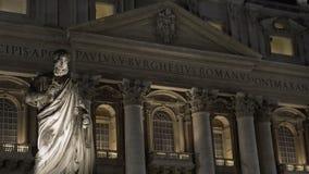 Πρόσοψη της βασιλικής Αγίου Peter τη νύχτα, παλαιό μνημείο μπροστά από την οικοδόμηση απόθεμα βίντεο