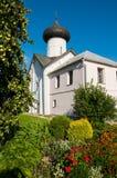Πρόσοψη της εκκλησίας Simeon ο δέκτης Θεών σε Veliky Novgorod, Ρωσία - τοπίο αρχιτεκτονικής στοκ φωτογραφία με δικαίωμα ελεύθερης χρήσης