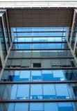 Πρόσοψη της μπροστινής άποψης τοίχων γυαλιού κτιρίου γραφείων Στοκ Φωτογραφία