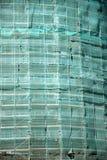 Πρόσοψη της πολυκατοικίας στα υλικά σκαλωσιάς Στοκ εικόνα με δικαίωμα ελεύθερης χρήσης