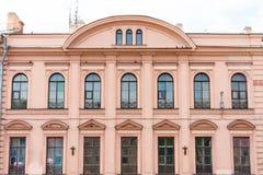 Πρόσοψη του ιστορικού yellow-orange κτηρίου κτηρίου με τις αψίδες παραθύρων Στοκ Εικόνες