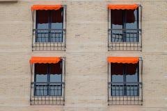 Πρόσοψη του κτηρίου με πορτοκαλί Awning Στοκ Εικόνα