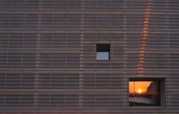 Πρόσοψη του κτηρίου στο ηλιοβασίλεμα στην πόλη Στοκ Φωτογραφία
