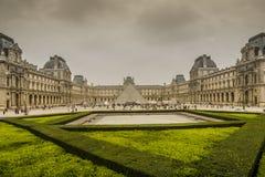Πρόσοψη του μουσείου του Λούβρου στο Παρίσι Στοκ εικόνα με δικαίωμα ελεύθερης χρήσης