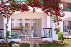 Πρόσοψη του ξενοδοχείου τα μπαλκόνια και τα παράθυρα που διακοσμούνται με με τα λουλούδια, Αίγυπτος Στοκ φωτογραφία με δικαίωμα ελεύθερης χρήσης