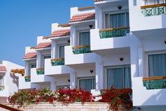 Πρόσοψη του ξενοδοχείου τα μπαλκόνια και τα παράθυρα που διακοσμούνται με με τα λουλούδια, Αίγυπτος Στοκ Φωτογραφίες