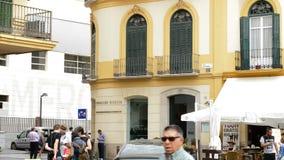 Πρόσοψη του οργάνου Πικάσο με τους ανθρώπους που έρχονται και που περπατούν στη Μάλαγα, Ισπανία απόθεμα βίντεο