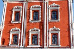 Πρόσοψη του παλαιού σπιτιού τούβλινου με τα εκλεκτής ποιότητας παράθυρα Στοκ Εικόνες