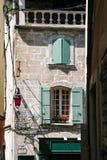 πρόσοψη του παλαιού κατοικημένου σπιτιού στην πόλη Arles Στοκ εικόνες με δικαίωμα ελεύθερης χρήσης