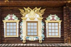 Πρόσοψη του παλαιού ρωσικού τεμαχισμένου σπιτιού με το χαρασμένο ξύλινο archi Στοκ φωτογραφία με δικαίωμα ελεύθερης χρήσης