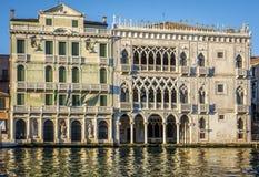 Πρόσοψη του παλατιού ασβεστίου Δ ` Oro στο μεγάλο κανάλι στη Βενετία, Ιταλία Στοκ Φωτογραφίες