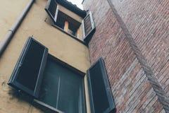 Πρόσοψη του σπιτιού με το παράθυρο στοκ εικόνες