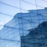 Πρόσοψη του σύγχρονου κτηρίου γυαλιού με τις αντανακλάσεις του τοίχου μπλε ουρανού και γυαλιού Στοκ φωτογραφία με δικαίωμα ελεύθερης χρήσης