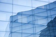 Πρόσοψη του σύγχρονου κτηρίου γυαλιού με τις αντανακλάσεις του μπλε ουρανού και Στοκ Εικόνες