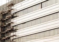 Πρόσοψη του σύγχρονου κτηρίου με τα υλικά σκαλωσιάς στοκ εικόνες με δικαίωμα ελεύθερης χρήσης