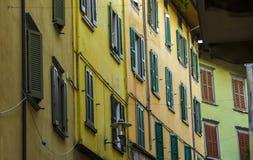 Πρόσοψη του χαρακτηριστικού ιταλικού σπιτιού με ζωηρόχρωμο Στοκ Εικόνα