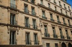 Πρόσοψη του χαρακτηριστικού κτηρίου με το μπαλκόνι και των διακοσμημένων τοίχων σε μια ηλιόλουστη ημέρα στο Παρίσι στοκ εικόνα