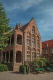 Πρόσοψη τούβλου του σπιτιού στο χαρακτηριστικό ύφος Flanders's σε ένα ειρηνικό προαύλιο στη Μπρυζ Στοκ Εικόνες