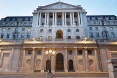 Πρόσοψη Τράπεζας της Αγγλίας στο Λονδίνο το βράδυ στοκ εικόνα