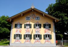 Πρόσοψη χαρακτηριστικών γνωρισμάτων του σπιτιού σε Oberammergau στη Βαυαρία (Γερμανία) Στοκ Φωτογραφία