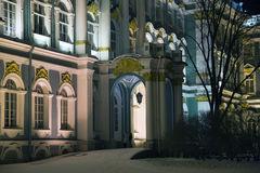 Πρόσοψη χειμερινών παλατιών στη χειμερινή νύχτα Στοκ εικόνες με δικαίωμα ελεύθερης χρήσης