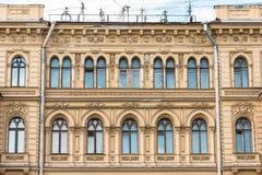 Πρόσοψη HThe του ιστορικού yellow-orange κτηρίου κτηρίου με τις αψίδες παραθύρων Στοκ εικόνα με δικαίωμα ελεύθερης χρήσης