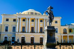 Πρόσοψη Pavlovsk του παλατιού και του μνημείου για το ρωσικό αυτοκράτορα Paul Ι, Pavlovsk, Άγιος Πετρούπολη στοκ εικόνα με δικαίωμα ελεύθερης χρήσης