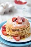 Πρόσφατα έτοιμες τηγανίτες με τις φράουλες Στοκ Εικόνες