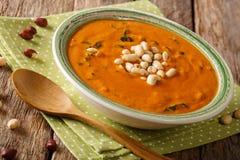 Πρόσφατα έτοιμη σούπα φυστικιών με την κινηματογράφηση σε πρώτο πλάνο πρασίνων σε ένα πιάτο Ho στοκ εικόνες