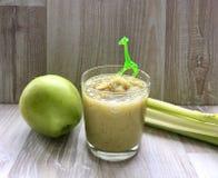 Πρόσφατα έτοιμοι πράσινοι καταφερτζήδες, Apple και σέλινο Στοκ Φωτογραφία