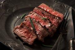 Πρόσφατα έτοιμο κόντρα φιλέτο βόειου κρέατος σε ένα σκοτεινό εκλεκτής ποιότητας πιάτο Στοκ εικόνα με δικαίωμα ελεύθερης χρήσης