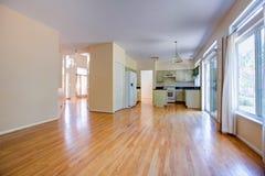 Πρόσφατα αναδιαμορφωμένη τελειωμένη κουζίνα με το δρύινα γραφείο και το πάτωμα στοκ εικόνα
