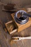 Πρόσφατα αλεσμένος λιναρόσπορος Χειρωνακτικός μύλος Στοκ φωτογραφία με δικαίωμα ελεύθερης χρήσης
