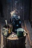 Πρόσφατα αλεσμένος μαύρος καφές στο ξύλινο εξοχικό σπίτι Στοκ Φωτογραφία