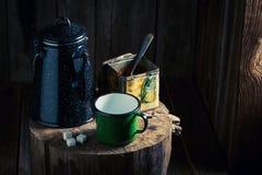 Πρόσφατα αλεσμένος μαύρος καφές στο ξύλινο κολόβωμα Στοκ φωτογραφίες με δικαίωμα ελεύθερης χρήσης