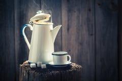 Πρόσφατα αλεσμένος μαύρος καφές τον κρύο χειμώνα Στοκ Εικόνες