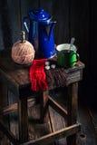 Πρόσφατα γίνοντας μαύρος καφές στο ξύλινο εξοχικό σπίτι Στοκ φωτογραφία με δικαίωμα ελεύθερης χρήσης