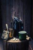 Πρόσφατα γίνοντας μαύρος καφές στο ξύλινο κολόβωμα Στοκ Φωτογραφίες