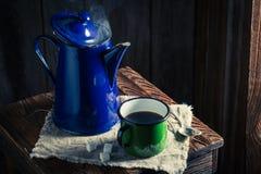 Πρόσφατα γίνοντας μαύρος καφές τον κρύο χειμώνα Στοκ Εικόνες