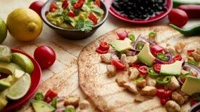 Πρόσφατα γίνοντα υγιή tortillas καλαμποκιού με την ψημένη στη σχάρα λωρίδα κοτόπουλου, μεγάλες φέτες αβοκάντο φιλμ μικρού μήκους