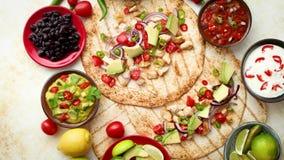 Πρόσφατα γίνοντα υγιή tortillas καλαμποκιού με την ψημένη στη σχάρα λωρίδα κοτόπουλου, μεγάλες φέτες αβοκάντο απόθεμα βίντεο