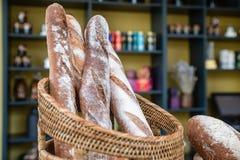 Πρόσφατα γίνοντα ψωμί στο αρτοποιείο Ολόκληρος σιταριού οργανικός χειροποίητος χρυσός καφετής baguette ύφους φραντζολών όμορφος ε στοκ φωτογραφία με δικαίωμα ελεύθερης χρήσης