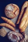 Πρόσφατα γίνοντες baguette, ψωμί και ζύμες Πρόσφατα γίνοντες baguette, ψωμί και ζύμες στοκ εικόνες